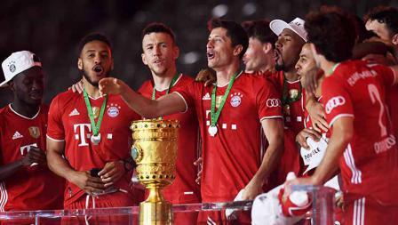 Raut wajah gembira para pemain Bayern Munchen usai menjuarai DFB Pokal 2019/20.