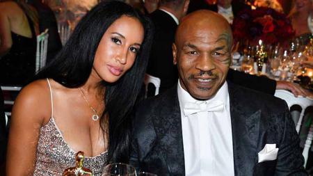 Tak banyak yang tahu, ternyata ada dua sosok wanita yang berada di balik come back Mike Tyson ke ring tinju melawan Roy Jones Jr pekan lalu. - INDOSPORT