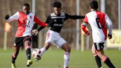 Indosport - Bergabung dengan Ajax U-16 membuat Noah Gesser terus memperbaiki penampilannya hingga kini ia berhasil bertransformasi menjadi salah satu striker paling subur.