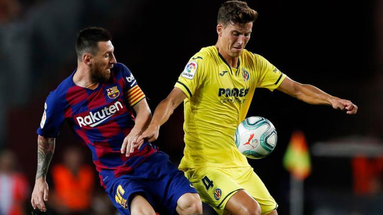 Pau Torres (kanan) saat mengamankan bola dari Lionel Messi Copyright: Eric Alonso/MB Media/Getty Images