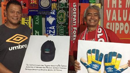 Listianto Raharjo menyerahkan dua barang bersejarah ke Mayor Haristanto. - INDOSPORT