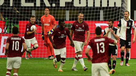 Zlatan Ibrahimovic berselebrasi usai mencetak gol ke gawang Juventus.