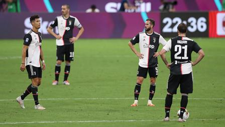 Para pemain Juventus tertunduk lesu saat skor menunjukkan 3-2 untuk keunggulan sementara AC Milan.