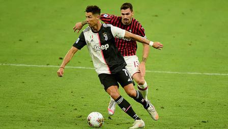 Kapten AC Milan, Alessio Romagnoli (belakang), membayang-bayangi pergerakan Cristiano Ronaldo.