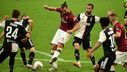 Zlatan Ibrahimovic (tengah) di tengah penjagaan melancarkan tendangan ke gawang Juventus.