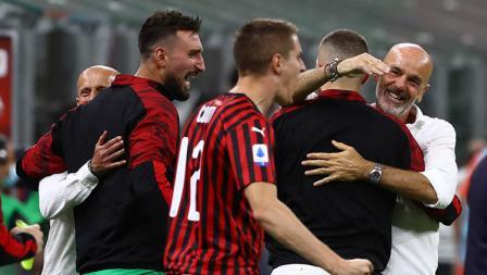 Pelatih AC Milan, Stefano Pioli, merayakan kemenangan timnya atas Juventus di akhir pertandingan.