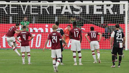 Bintang AC Milan, Zlatan Ibrahimovic, saat mengeksekusi tendangan penalti ke gawang Juventus.