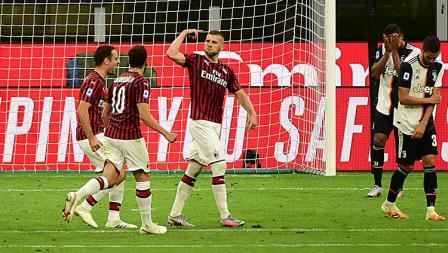 Ante Rebic (ketiga dari kiri) berselebrasi usai mencetak gol. Di lain sisi, pemain Juventus tampak tertunduk lesu.