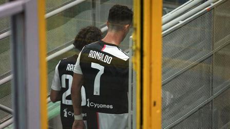 Cristiano Ronaldo meninggalkan lapangan sambil saat jeda istirahat babak pertama AC Milan vs Juventus.
