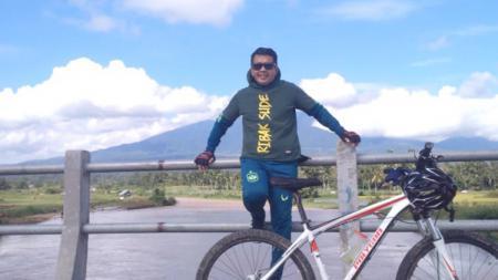 Pelatih Mitra Kukar, Jafri Sastra, menikmati keindahan alam Payakumbuh lewat olahraga bersepeda. - INDOSPORT