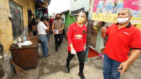 Gibran Rakabuming Raka menggunakan jersey Manchester United, Real Madrid, hingga AC Milan saat misi kemanusiaan. - INDOSPORT