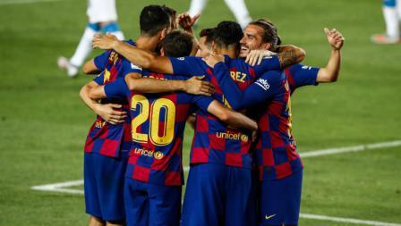 Skuat Barcelona merayakan kemenangan atas Espanyol di pekan ke-35 LaLiga Spanyol.