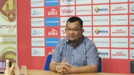 Manajer Sriwijaya FC, Hendri Zainuddin, saat memberikan keterangan pada awak media di Sekretariat, Rabu (8/7/20). - INDOSPORT