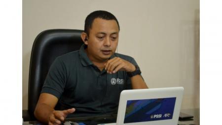 Agus Hanifudin selaku operator Liga 3 PSSI Jateng tengah rapat di kantornya yang berada di kompleks Stadion Citarum. - INDOSPORT