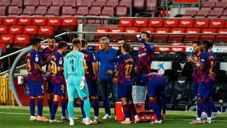 Pelatih Barcelona, Quique Setien memberi instruksi kepada pemainnya saat jeda turun minum melawan Espanyol di LaLiga 2019/20.