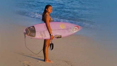 Taina Angel Izquierdo merupakan surfer cantik blasteran Indonesia-Puerto Rico yang memiliki pesona dengan senyuman manisnya. - INDOSPORT
