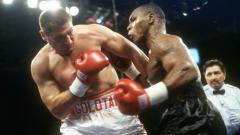 Indosport - Andrew Golota vs Mike Tyson berduel di tahun 2000.