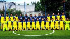 Indosport - Pelatih, wakil manajer tim sepak bola putra Jawa Barat untuk PON Papua 2021, foto bersama pemain di Lapangan Lodaya, Kota Bandung.