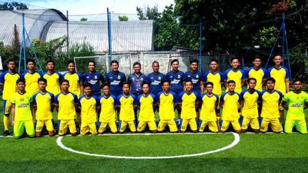 Pelatih, wakil manajer tim sepak bola putra Jawa Barat untuk PON Papua 2021, foto bersama pemain di Lapangan Lodaya, Kota Bandung. - INDOSPORT