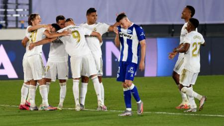 Menang atas pada pertandingan LaLiga Spanyol kontra Alaves dituding berkat mukjizat VAR, begini reaksi Raphael Varane. - INDOSPORT