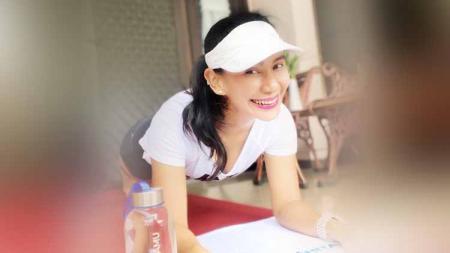 Dosen cantik asal Surabaya yang bernama Fitri Ismiyanti punya gaya hidup sehat dengan aktif bersepeda. - INDOSPORT