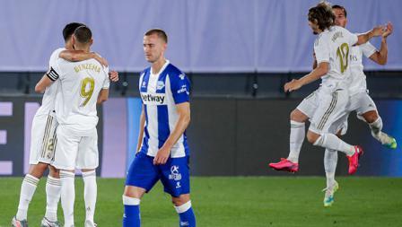 Selebrasi para pemain Real Madrid (putih) atas kemenangan mereka menghadapi Deportivo Alaves di LaLiga Spanyol 2019/20.