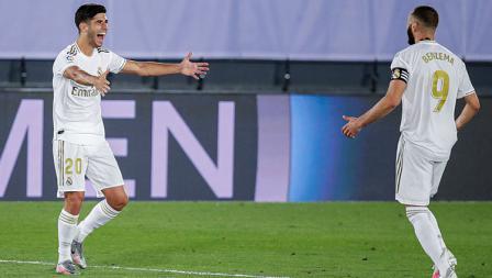 Marco Asensio merayakan gol-nya bersama Karim Benzema, yang memberinya asisst di laga kontra Alaves.