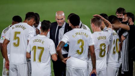 Pelatih Real Madrid, Zinedine Zidane memberikan instruksi kepada punggawanya saat Water Break kontra Alaves di LaLiga Spanyol.