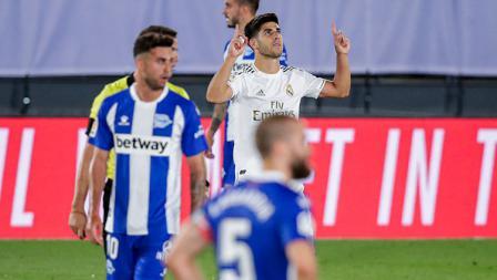 Pemain Real Madrid, Marco Asensio merayakan golnya ke gawang Alaves yang hampir tak disahkan oleh VAR.
