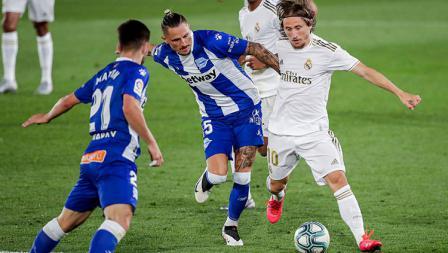 Luka Modric (Kanan) ditempel ketat oleh pemain Deportivo Alaves.