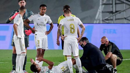 Casemiro mendapat pengobatan di tengah lapangan dari Tim Medis Real Madrid, setelah mengalami cedera saat bertanding kontra Alaves.