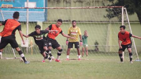 Pelatih kiper PSMS Medan, M. Halim (tengah), saat terlibat menjadi kiper langsung dalam sesi latihan small game 7 lawan 7, Jumat (10/7/20) kemarin. - INDOSPORT