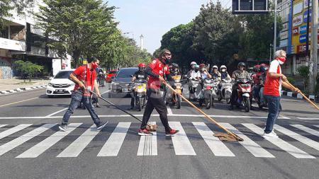 Aksi unik Pasoepati menyambut Hari Suporter Nasional sejumlah aksi antara lain membersihkan zebra cross - INDOSPORT