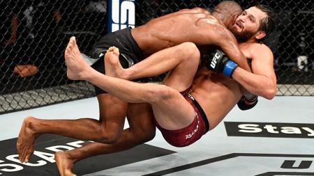 Petarung muslim UFC asal Nigeria, Kamaru Usman ternyata bersahabatan dengan juara kelas menengah Mixed Martial Arts (MMA), Israel Adesanya. - INDOSPORT