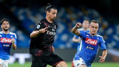 Indosport - Zlatan Ibrahimovic berduel dengan Stanislav Lobotka dalam laga Napoli vs AC Milan yang berakhir 2-2 di Liga Italia 2019-20, Senin (13/07/20).