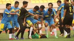 Indosport - Mantan pemain Arema Indonesia, Tarik Ek Janaby, menjelaskan kronologi pemukulan wasit saat laga persahabatan antartim amatir di Stadion Patriot, Bekasi kemarin.