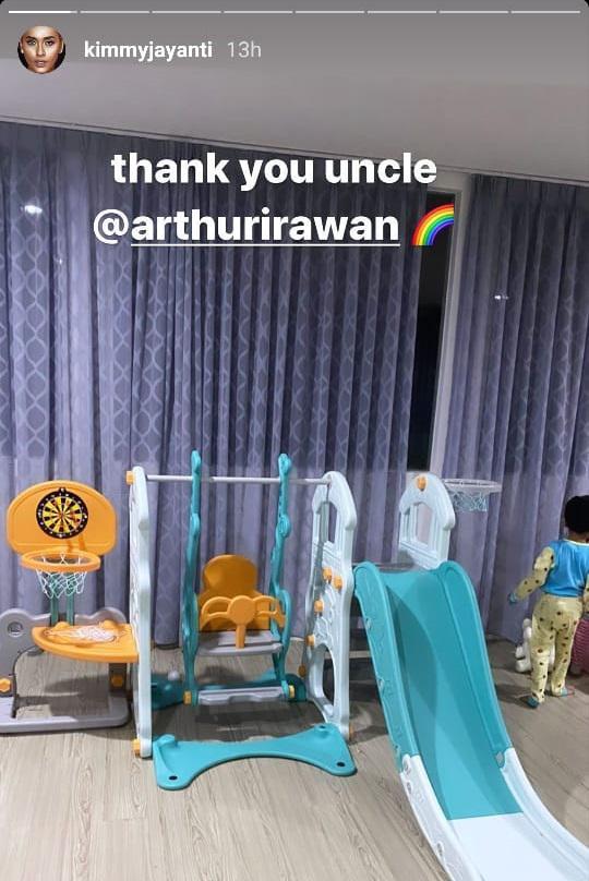 Anak Greg Nwokolo menerima kado ulang tahun dari Arthur Irawan Copyright: Instagram Kimmy Jayanti