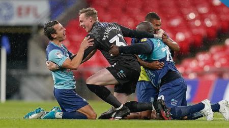 Pemain Wycombe Wanderers berselebrasi usia mengalahkan Oxford United di final playoff dan lolos ke  Divisi Championship musim depan, Selasa (14/07/20) - INDOSPORT
