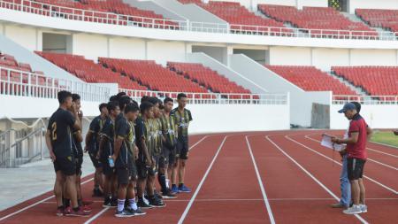 Para pemain PON Jateng yang tengah melaksanakan tes fisik di Stadion Jatidiri. - INDOSPORT