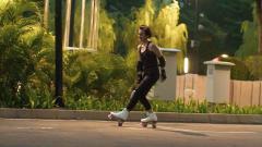 Indosport - Wanda Hamidah bermain sepatu roda