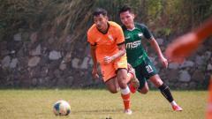 Indosport - George Brown saat menjalani laga persahabatan di Indonesia.