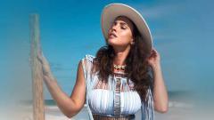 Indosport - Model asal Slovakia, Lucia Javorcekova membuat geger para pengikutnya setelah berani menampilkan bentuk tubuhnya tanpa dibaluti busana di kolam renang.