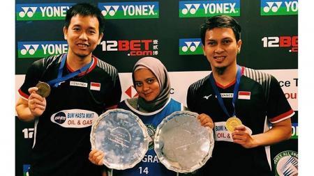 Widya Amelia (tengah), jurnalis yang bisa dibilang sudah sangat berpengalaman meliput para atlet bulutangkis Indonesia. - INDOSPORT