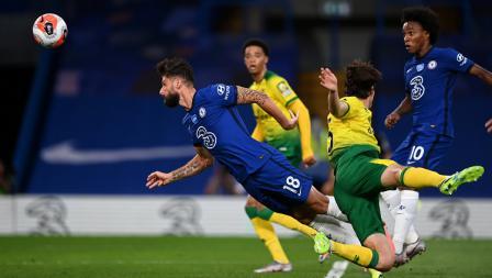 Striker Chelsea, Olivier Giroud, menyundul bola dalam laga Liga Inggris kontra Norwich City.
