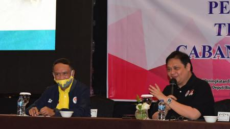 Menpora Zainudin Amali (kiri) bersama dengan Airlangga Hartarto. - INDOSPORT