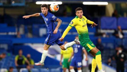 Duel pemain Chelsea, Christian Pulisic saat berebut bola atas dengan pemain Norwich City, Ben Godfrey di lanjutan Liga Primer Inggris 2019/20