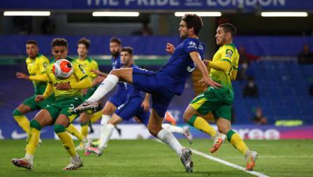 Marcos Alonso pemain Chelsea saat berusaha menendang bola didepan gawang Norwich City pada Liga Primer Inggris 2019/20.
