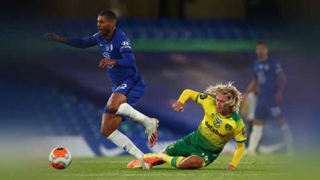 Tackle pemain Norwich City, Todd Cantwell pada pemain Chelsea Mateo Kovacic pada pertandingan Liga Primer Inggris antara Chelsea vs Norwich City.
