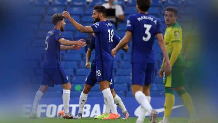 Selebrasi pemain Chelsea, Olivier Giroud saat merayakan gol bersama teman satu timnnya pada pertandingan Liga Primer antara Chelsea vs Norwich City.