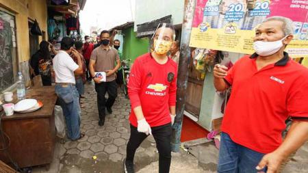 Gibran Rakabuming, 'Blusukan' membagikan bantuan kepada warga menggunakan jersey Manchester United - INDOSPORT